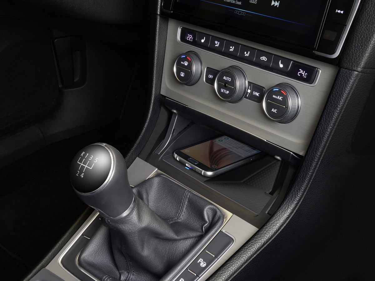 Wireless-Charging-Console-for-Golf-7-KCE-G7QI_Installed-Angle-1200×900